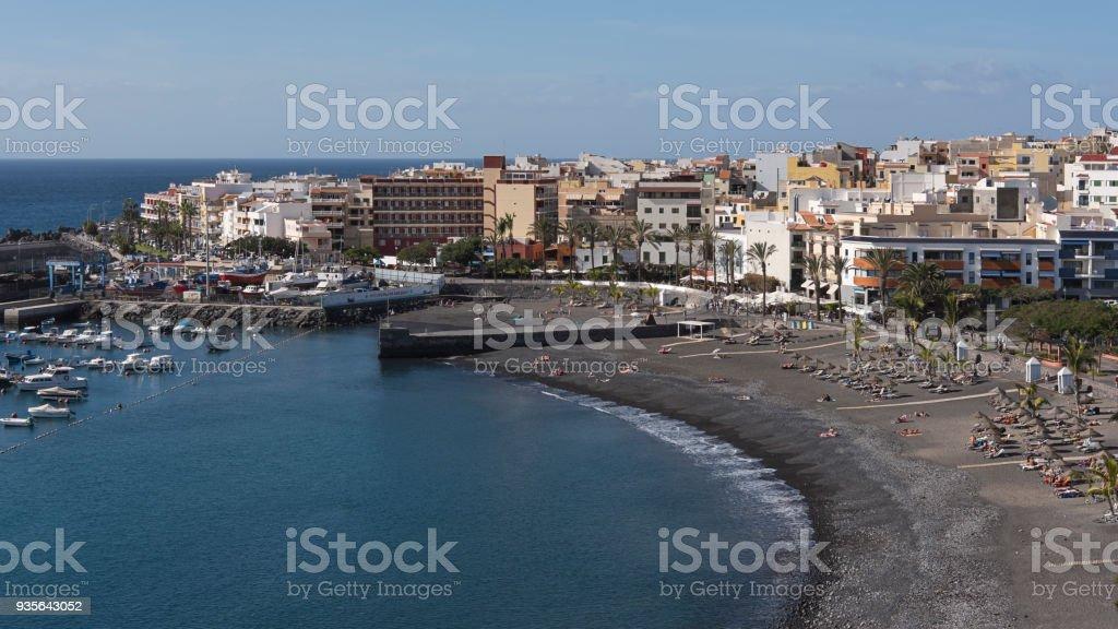 Tiro horizontal de la idílica bahía con pequeño puerto y la playa en Playa de San Juan, Tenerife, Islas Canarias, España - foto de stock