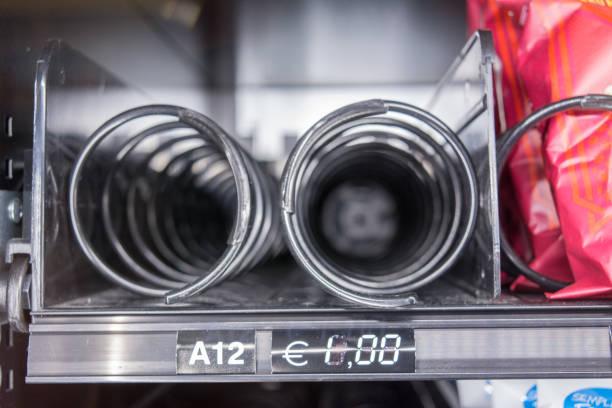 Horizontale Ansicht von Close Up von leeren Spiralen in der Snack-Automat auf Unschärfe Hintergrund – Foto