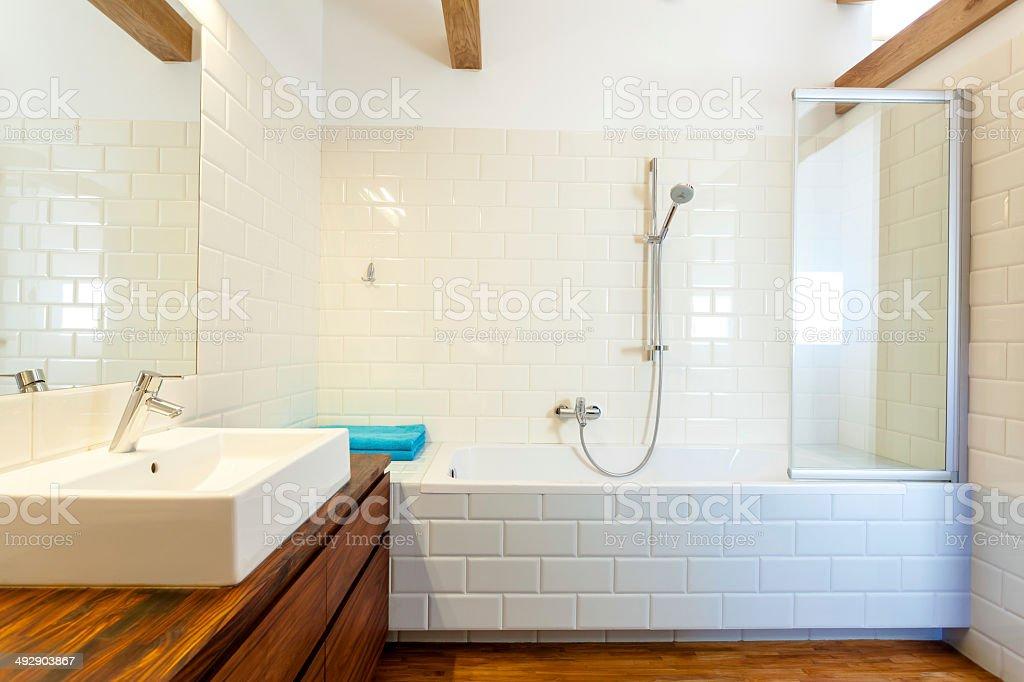 Horizontal vista do banheiro moderno - foto de acervo
