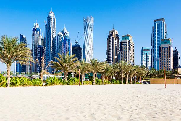 horizontale ansicht von wolkenkratzern und jumeirah beach - dubai stock-fotos und bilder