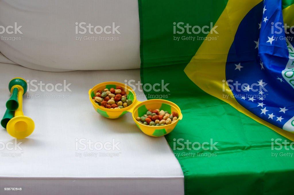 Horn, amendoins e uma bandeira do Brasil - foto de acervo