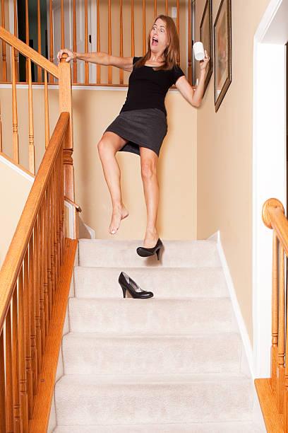 entsetzt frau tragen die treppe runter holding kaffee - damenschuhe 44 stock-fotos und bilder