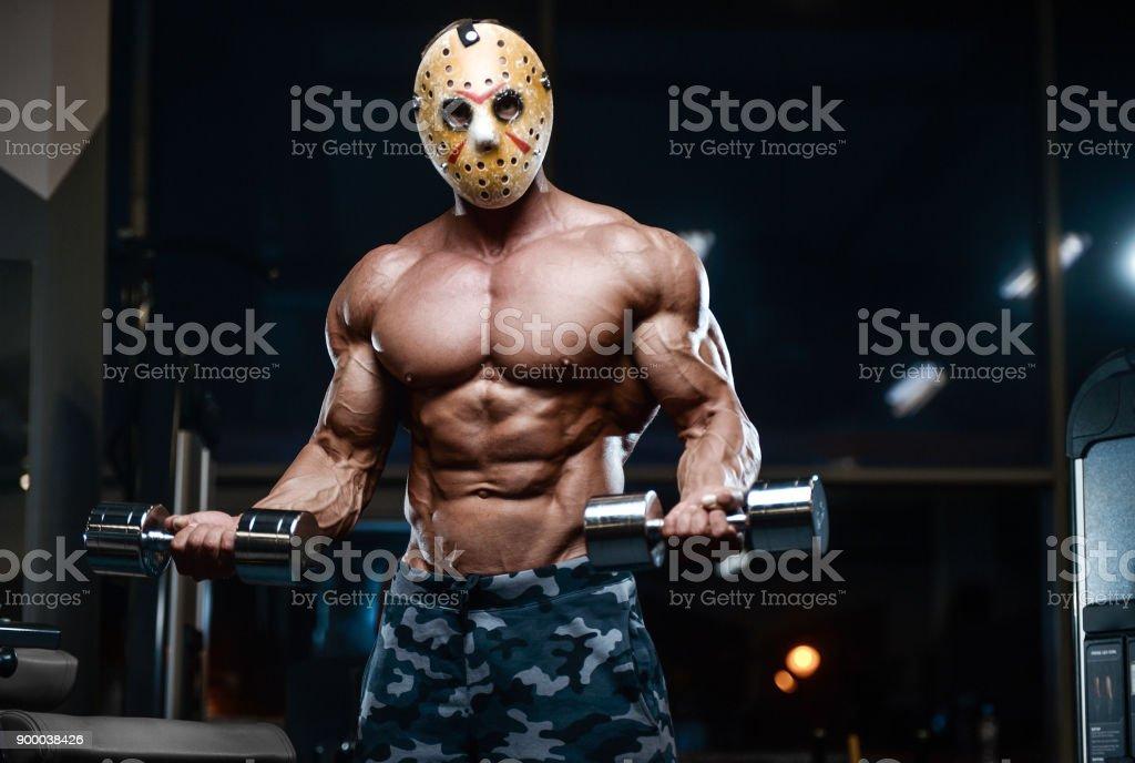 horror Jason máscara homem fisiculturista forte aptidão atlética homem brutal em máscara de hóquei assustador no ginásio - foto de acervo