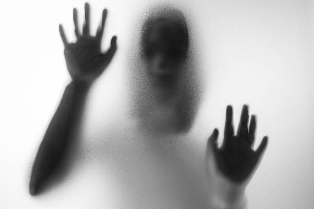Horror Frau hinter der Matt Glas – Foto