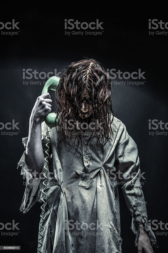 Horror zombie girl calling by phone foto royalty-free