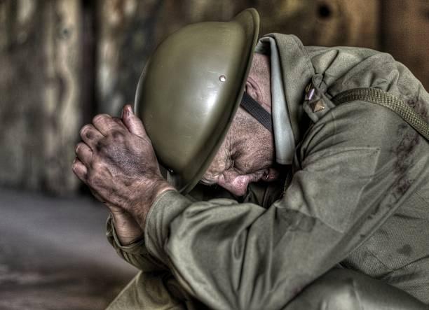 Soldat horreurs de la guerre, avec sa tête dans ses mains - Photo