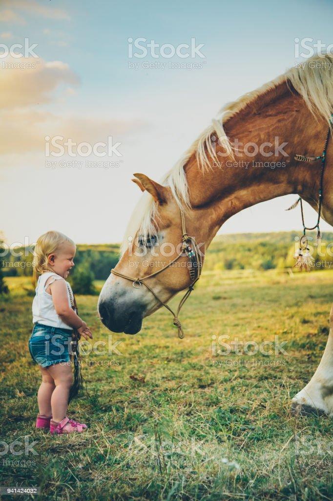 Pferd und Baby es best friends – Foto