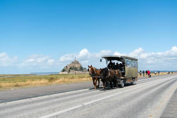 Pferd und Kutsche, die Touristen zum berühmten Mont Saint-Michel in Nordfrankreich transportieren – Foto