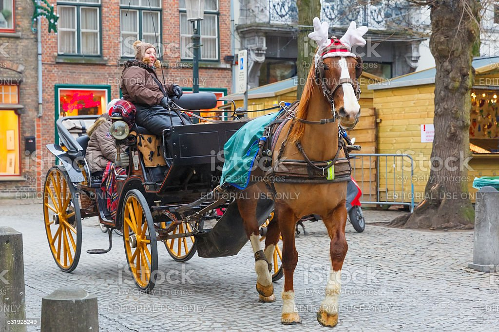 Horse carriageon la rue de Bruges Noël, en Belgique. - Photo