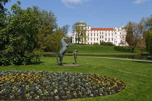 Estatua de caballos en frente del castillo Celle - foto de stock