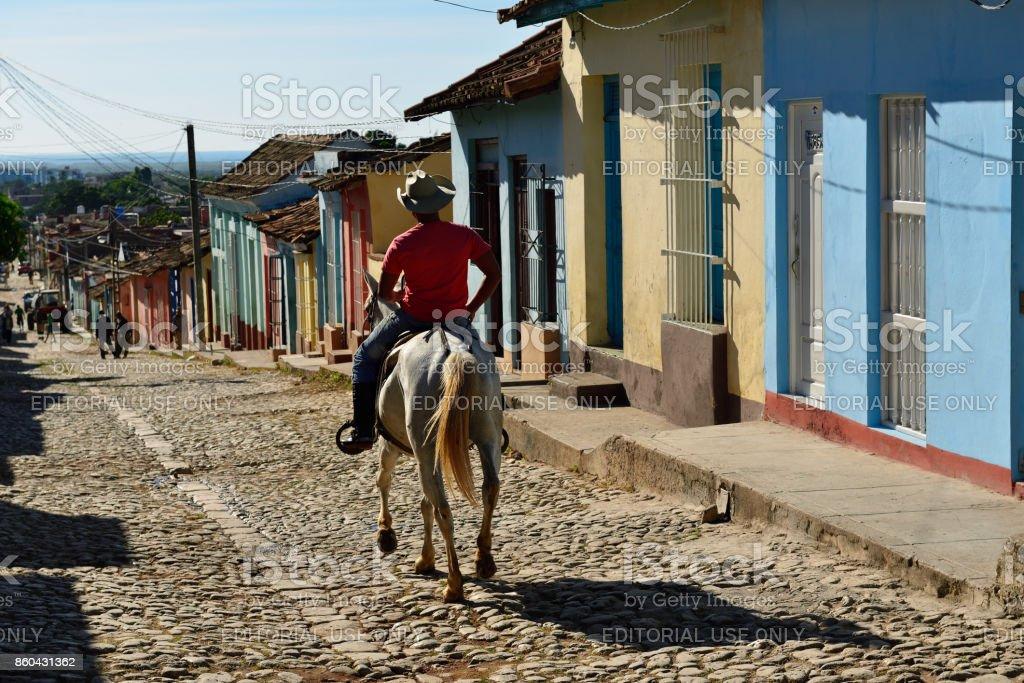Cavalo com o cavaleiro na cidade - foto de acervo