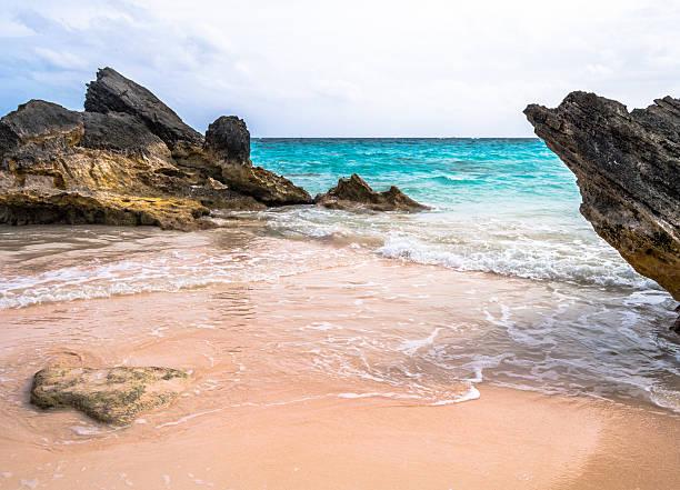 horseshoe bay beach, bermuda - com os pés na água - fotografias e filmes do acervo
