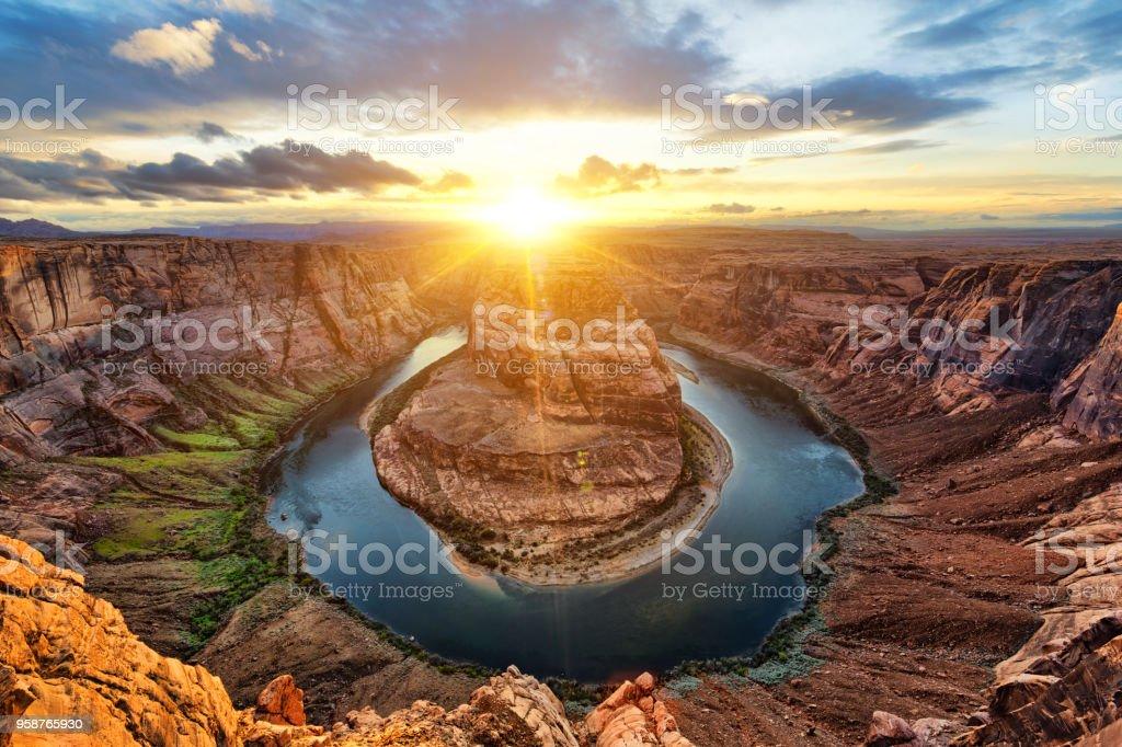夕暮れ時のベンドとコロラド川を馬蹄します。 - アメリカ合衆国のロイヤリティフリーストックフォト