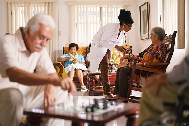 Soins palliatifs médecin mesure la pression artérielle de femme âgée - Photo