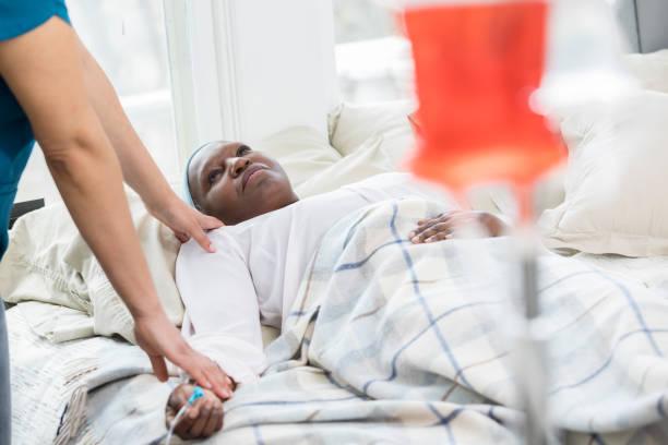 hauspfleger prüft auf ältere patientin - hospiz stock-fotos und bilder