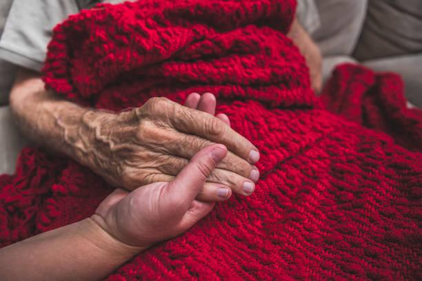 hospice sjuksköterska besöker en äldre manlig patient - dog bildbanksfoton och bilder