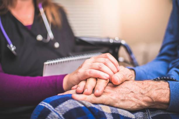 besuch ein älteren männlichen patienten hauspfleger - hospiz stock-fotos und bilder