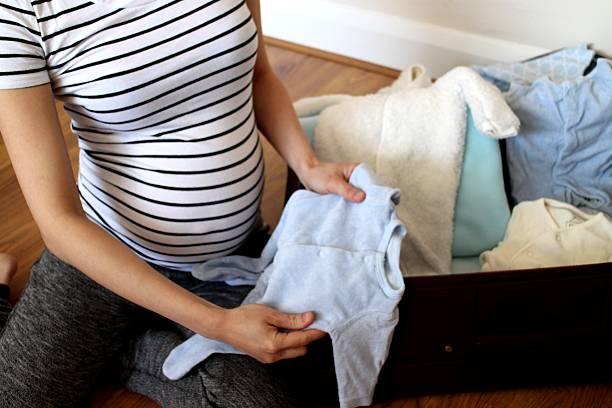 krankenhaus tasche für baby und mutter - neugeborene krankenhaus outfits stock-fotos und bilder