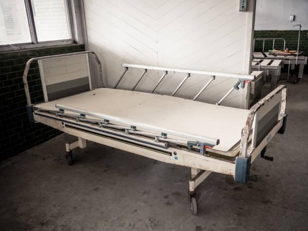 lit d'hôpital à asile abandonné - hopital psychiatrique photos et images de collection
