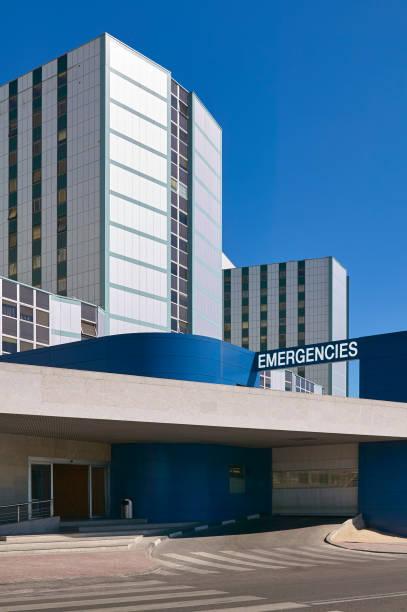 Notfalleingang im Krankenhausgebäude. Medizinisches Zentrum außen. Gesundheitswesen – Foto