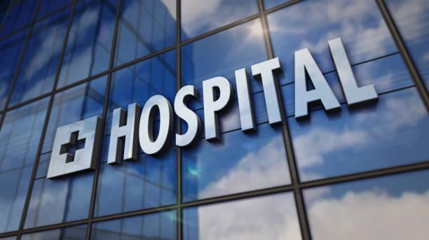 ziekenhuisgebouw met glazen wand en spiegel gebouw - ziekenhuis stockfoto's en -beelden