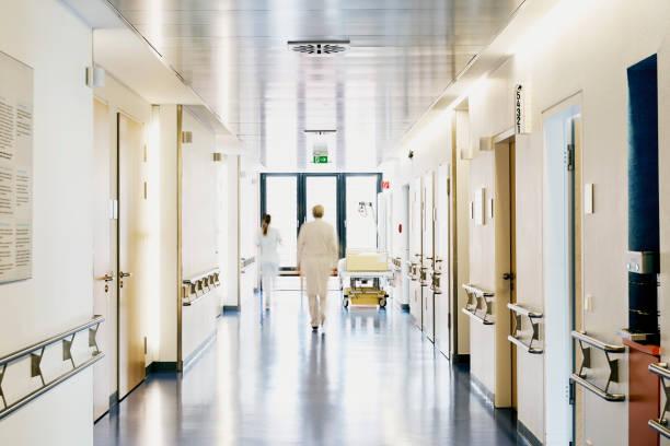 後ろからぼやけ病院医師看護師 - 廊下 ストックフォトと画像