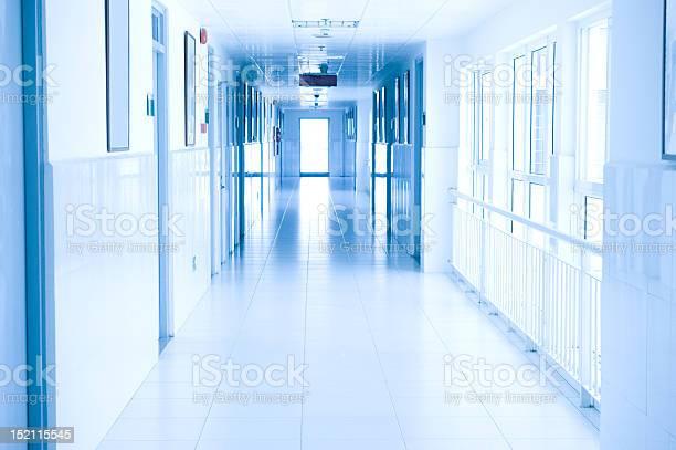 病院の廊下 - からっぽのストックフォトや画像を多数ご用意