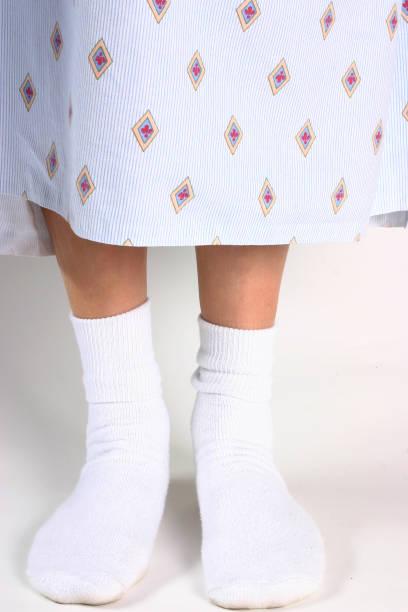patient d'hôpital - mi jambe photos et images de collection