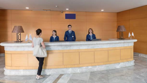 krankenhaus patienten an der rezeption - 5 sterne hotel türkei stock-fotos und bilder