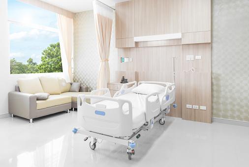 Hospital Zimmer Mit Einzelbetten Und Angenehmen Medical Ausgestattet Stockfoto und mehr Bilder von Abwarten