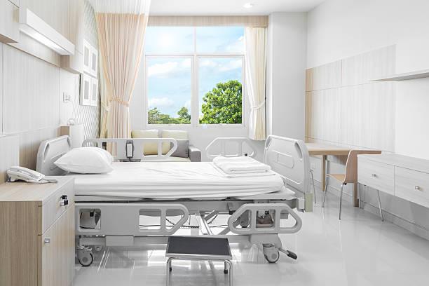 病院のベッドルームには、設備の充実した快適な医療 - 病棟 ストックフォトと画像