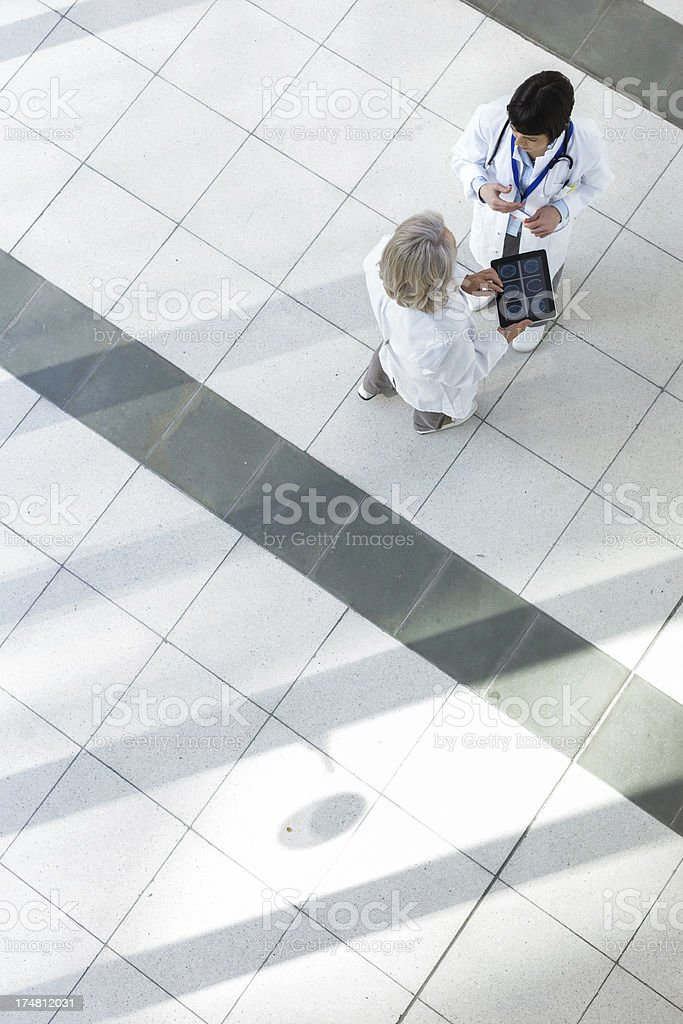 Krankenhaus Personal kümmert sich um Patienten reden – Foto