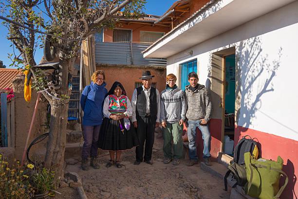 おもてなしに amantani'島、チチカカ湖、ペルー - タキーレ島 ストックフォトと画像