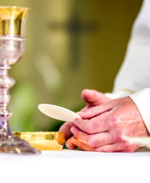 papa francis elinde olduğu gibi, rahip elinde, mesih'in bedeni olur ev sahibi - pope francis stok fotoğraflar ve resimler