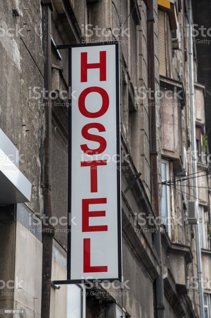 Auberge de jeunesse signe sur un vieux bâtiment 2 - Photo