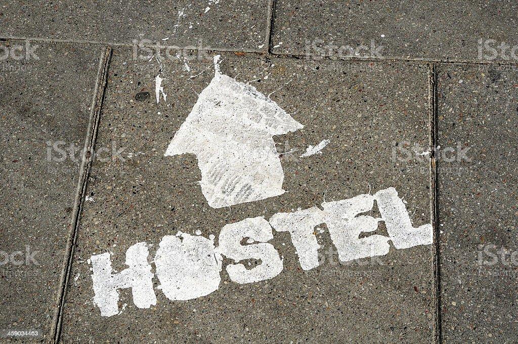 hostel-Schild auf dem Boden – Foto
