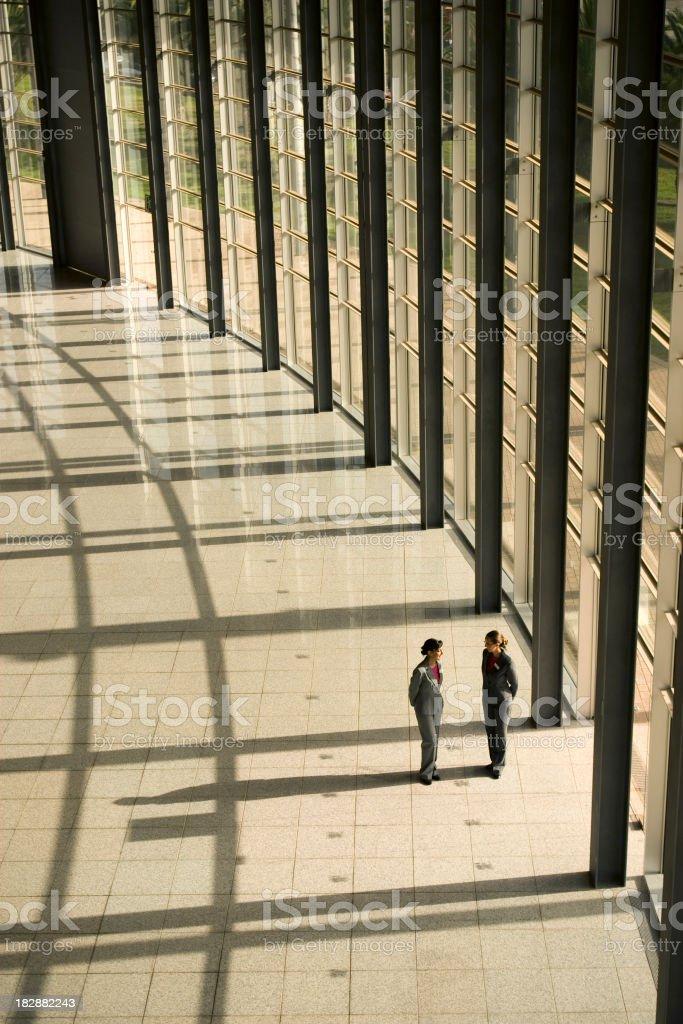 Hostess hablar con los demás - foto de stock
