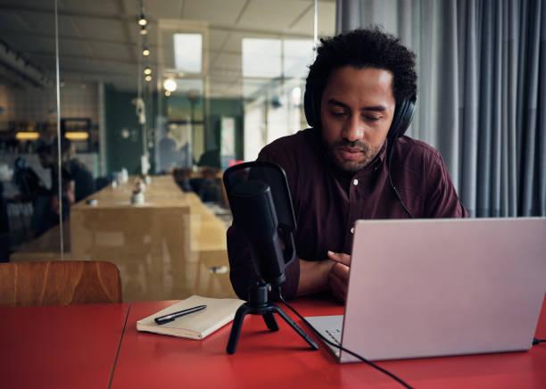 hosten van een online talkshow - podcast stockfoto's en -beelden