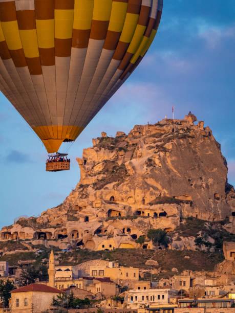 hete luchtballon in cappadocië - aardpiramide stockfoto's en -beelden