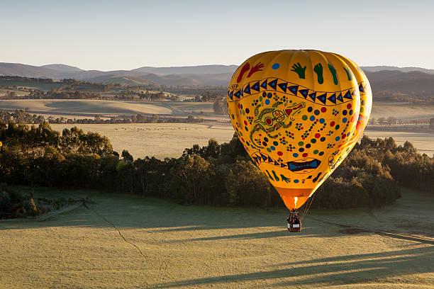 воздушный шар на рассвете - hot air balloon стоковые фото и изображения