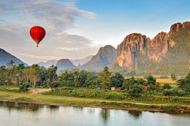 heißluftballon bei sonnenaufgang, vang vieng laos - vang vieng stock-fotos und bilder