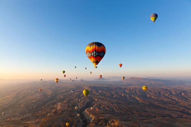 vol en montgolfière air chaud au-dessus des montagnes - montgolfière photos et images de collection