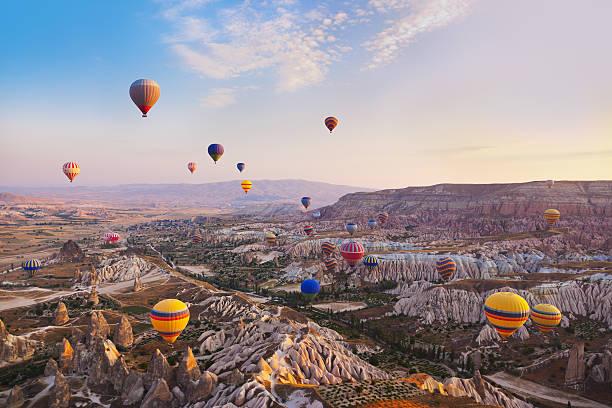 mongolfiera volare sopra cappadocia turchia - turchia foto e immagini stock