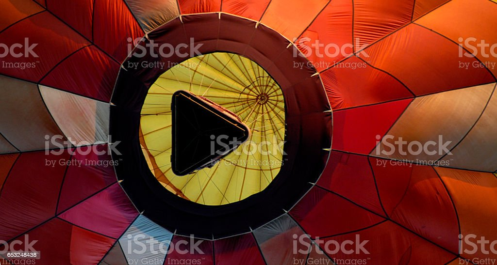 Globo de aire caliente desde abajo parece botón Play - foto de stock