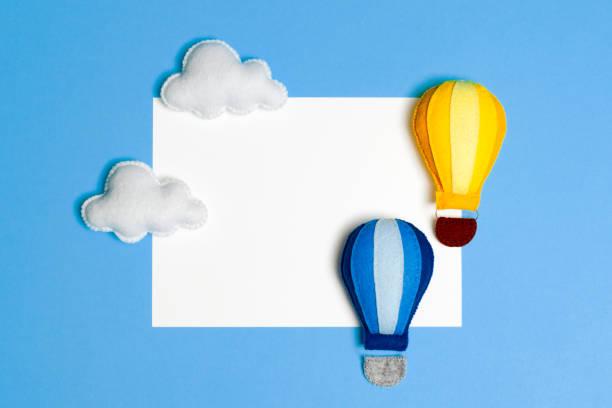 heißluftballon in blauer himmel mit wolken, rahmen, exemplar. handgemachte filz spielzeug. - filzunterlage stock-fotos und bilder