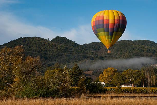 hot air balloon napa valley frühen morgen nebel yountville, kalifornien - robert weinberg stock-fotos und bilder
