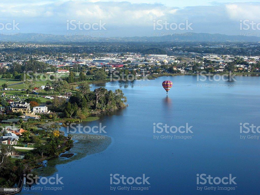 Воздушный шар на озеро Стоковые фото Стоковая фотография