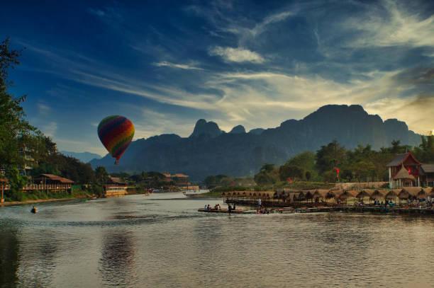 heißluftballonfahrt über den nam-song-fluss vang vieng laos - vang vieng stock-fotos und bilder