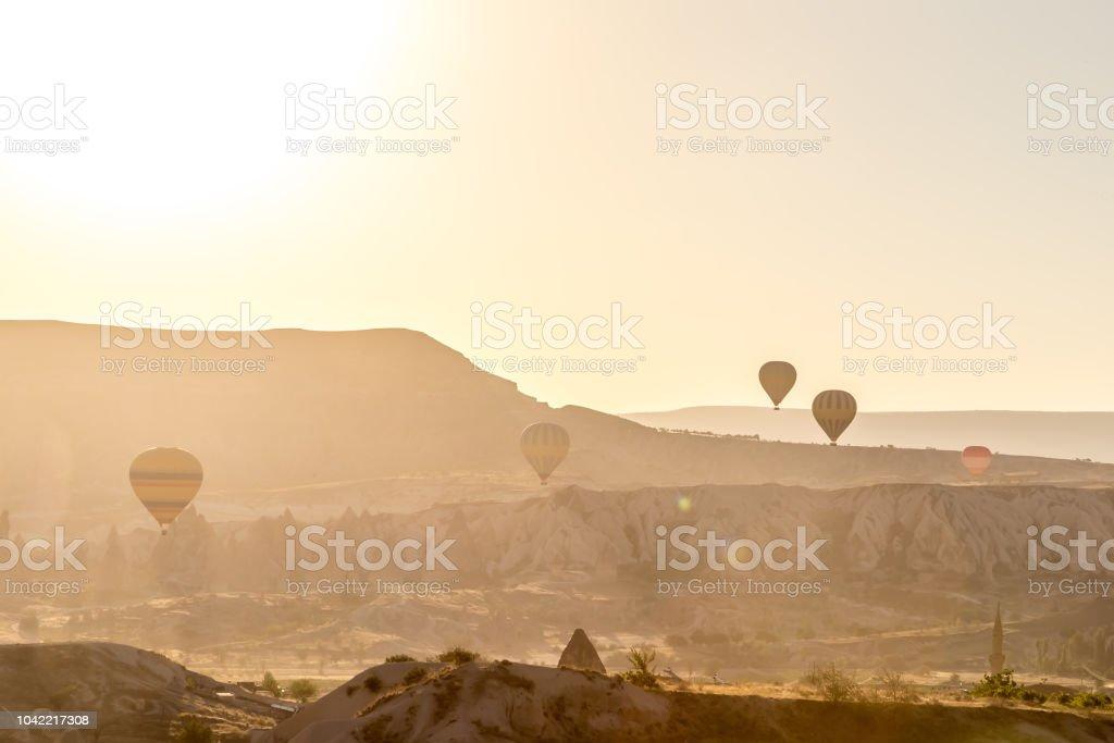 Globos de aire caliente encima de un hermoso paisaje - foto de stock
