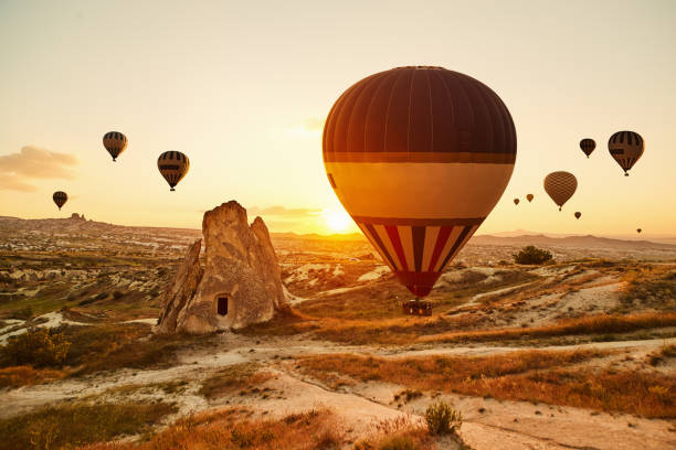 Heißluft Ballons fliegen bei Sonnenuntergang, Kappadokien, Türkei – Foto